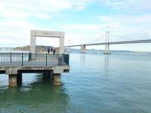 有海湾桥梁的码头14在背景中 库存图片