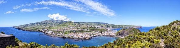 有海湾的镇的看法向亚速尔群岛 库存图片