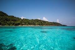 有海滩、蓝色海和白色沙子的美丽的热带泰国 免版税库存图片