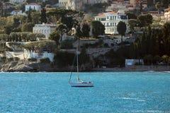 有海滩的风船和市的豪华议院Roq 免版税库存图片