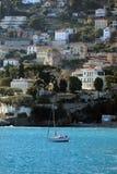 有海滩的风船和市的豪华议院Roq 免版税库存照片