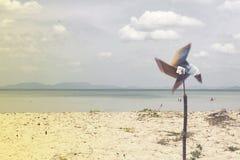 有海滩的风轮机 或者风轮机有背景海 图库摄影
