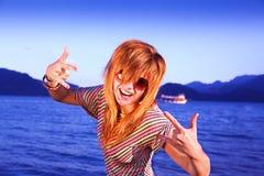 有海滩逗人喜爱的乐趣的女孩纵向年&# 免版税库存图片