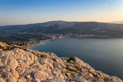 有海的从山,海岛克尔克岛,克罗地亚村庄巴斯卡 库存照片