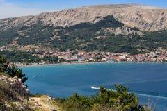 有海的,海岛Krk克罗地亚小镇巴斯卡 免版税库存图片