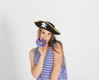 有海盗cd或dvd盘的好少妇 免版税图库摄影
