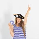 有海盗cd或dvd盘的好少妇 免版税库存照片