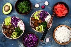 有海草、鲕梨、红叶卷心菜、萝卜和黑芝麻籽的夏威夷金枪鱼捅碗 免版税图库摄影
