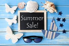 有海装饰和文本夏天销售的黑板 图库摄影