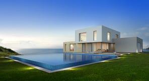 有海视图游泳池的豪华在现代设计,大家庭的别墅的海滨别墅和大阳台 免版税库存照片