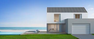 有海视图游泳池的豪华在现代设计,大家庭的别墅的海滨别墅和车库 免版税库存图片