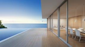 有海视图游泳池的豪华海滨别墅在现代设计,大家庭的别墅 库存照片