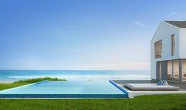 有海视图游泳池的豪华海滨别墅在现代设计,大家庭的别墅 免版税库存图片