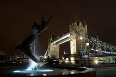有海豚喷泉和塔桥梁的,英国女孩 免版税库存图片