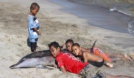 有海豚的印度尼西亚孩子 免版税库存照片