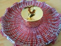 有海豚盒盖的装饰矮小的金黄陶瓷罐在Changair,室装饰的 在多色Changai的金黄罐 免版税库存照片