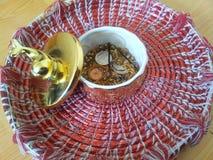 有海豚盒盖的装饰矮小的金黄陶瓷罐在Changair,室装饰的 库存照片