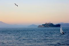 有海鸥飞行和小船的恶魔岛 免版税库存图片