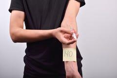 有海洛因注射器的手有说不的柱子的 作为背景诱饵概念美元灰色吊异常分支 图库摄影