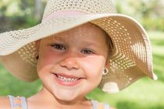 有海滩帽子的小微笑的女孩 图库摄影