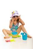 有海滩玩具的滑稽的女孩 库存照片