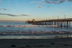 有海滩的皇家海滩渔码头在黎明 免版税库存图片