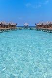 有海滩的美丽的热带马尔代夫度假旅馆和大海为放松 库存照片