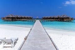 有海滩的美丽的热带马尔代夫度假旅馆和大海为放松 免版税库存照片