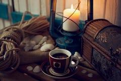 有海洋静物画元素的咖啡杯 免版税图库摄影