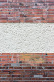 有涂灰泥的区域的外部墙壁在红色炼砖之间 库存图片