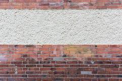 有涂灰泥的区域的外部墙壁在红色炼砖,文本之间 库存图片