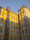 有涂灰泥的墙壁的大黄色房子 免版税库存图片