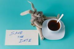 有消息的逗人喜爱的兔子玩偶 免版税库存图片