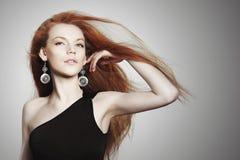 有消散红色头发的性感的少妇 库存图片