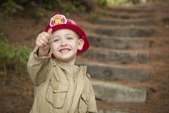 有消防员帽子使用的可爱的儿童男孩 免版税库存照片