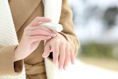 有润肤霜奶油的妇女水合的手 免版税图库摄影