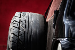 有涨落不定的备用轮胎使用了秃头低螺纹 库存图片