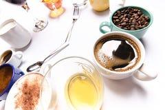 有液体的杯喜欢咖啡,牛奶,酒,酒精,在圈子堆积的汁液 时钟包括十二个杯子 时间 闹钟 免版税库存图片