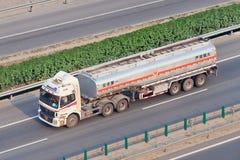 有液化气的在高速公路,北京,中国Auman卡车 免版税库存照片