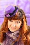 有淡紫色帽子的夫人 图库摄影
