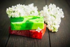 有淡紫色香水的自然绿色和红色肥皂 免版税库存图片