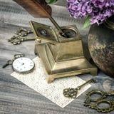 有淡紫色花的古色古香的办公室辅助部件 免版税库存图片