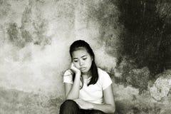 有深刻的想法的哀伤的女孩 库存图片
