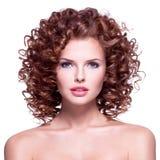 有深色的卷发的美丽的妇女 免版税库存照片