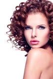 有深色的卷发的美丽的性感的妇女 库存照片