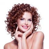 有深色的卷发的美丽的愉快的妇女 免版税图库摄影