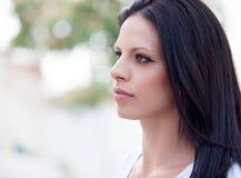 有深色的头发的年轻美丽的妇女 库存照片