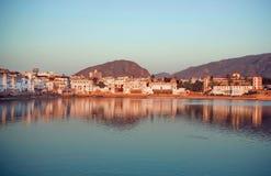 有深蓝色湖的城市在印度 在普斯赫卡尔附近的山凝思的镇定与老房子的心情 库存图片