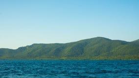 有深蓝色黑暗的海的大海岛和清楚的天空在热带国家 库存图片