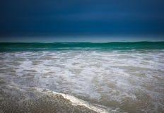 有深蓝风暴的绿色在泡沫的海洋和太阳 库存图片